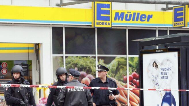 La policía monta guardia frente a un supermercado de Hamburgo, Alemania, donde este viernes se ha producido un ataque con un cuchillo.
