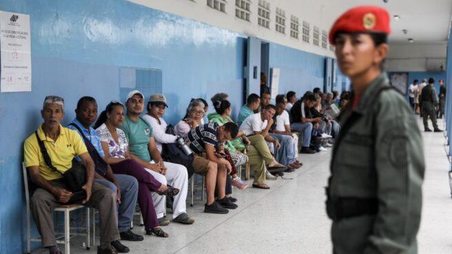 Venezuela: ciudadanos esperan para votar en Caracas.