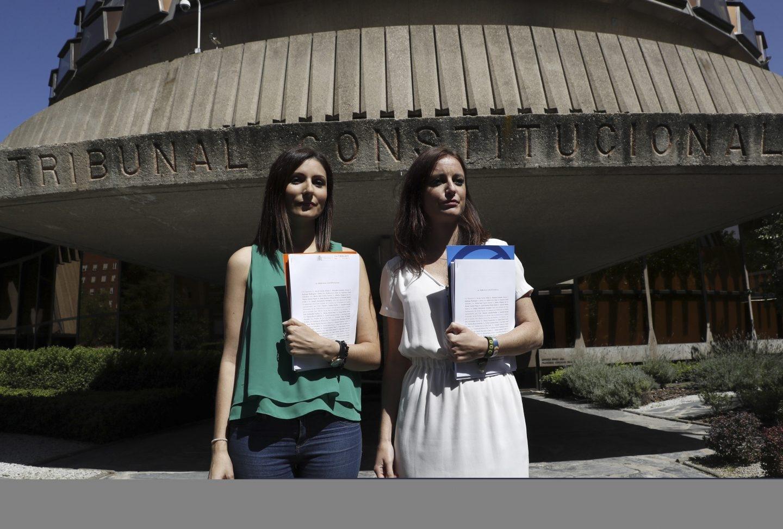 Lorena Roldán (Ciudadanos) y Andrea Levy (PP) presentaron ayer el recurso contra la reforma del Reglamento del Parlament
