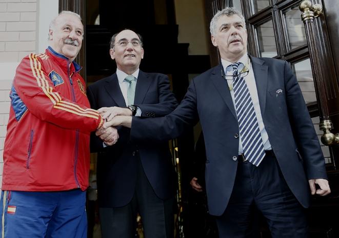 El ex seleccionador nacional, Vicente del Bosque; el presidente de Iberdrola, Ignacio Sánchez Galán; y el presidente de la Federación Española de Fútbol, Ángel María Villar.