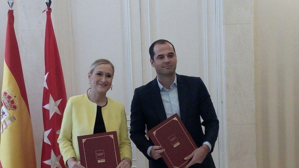 La presidenta de la Comunidad de Madrid, Cristina Cifuentes, junto al portavoz de Ciudadanos en la Asamblea de Madrid, Ignacio Aguado.