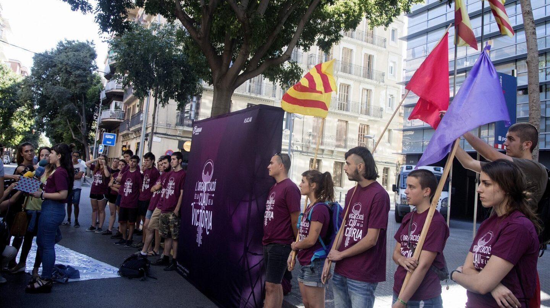 Miembros de Arran, durante la concentración de este domingo frente a la comisaría.
