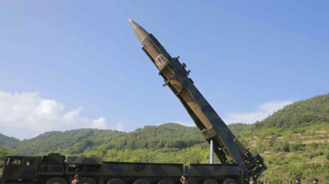 Misil Hwasong-14 de Corea del Norte, instantes antes de una prueba realizada el 4 de julio de 2017.