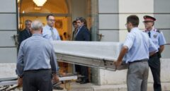 Operarios entran en el museo de Figueras para la exhumación de Dalí.