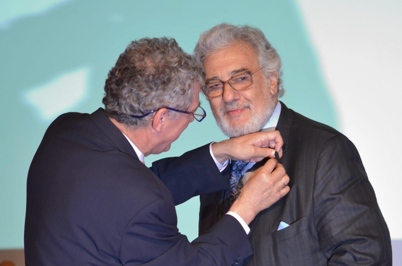 El presidente de la Federación Española de Fútbol, Ángel María Villar, impone una condecoración a Plácido Domingo.