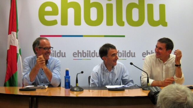 Adolfo Araiz, junto al abogado Iñigo Iruin y el líder de EH Bildu, Arnaldo Otegi.