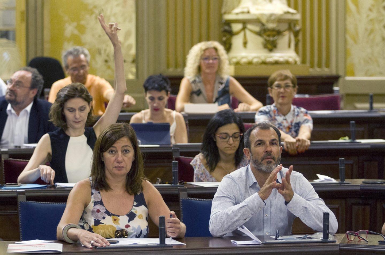 La presidenta Francina Armengol, durante la votación de la ley en el Parlamento balear.