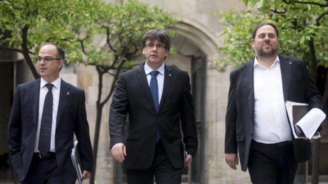 Jordi Turull, Carles Puigdemont y Oriol Junqueras, dirigiéndose a una reunión del 'Govern'.