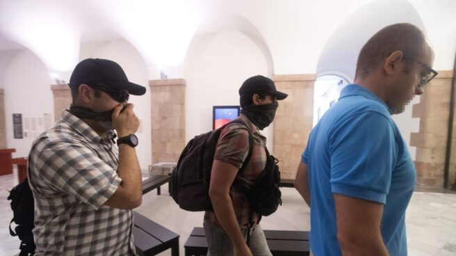 Agentes de la Guardia Civil salen del Parlament.