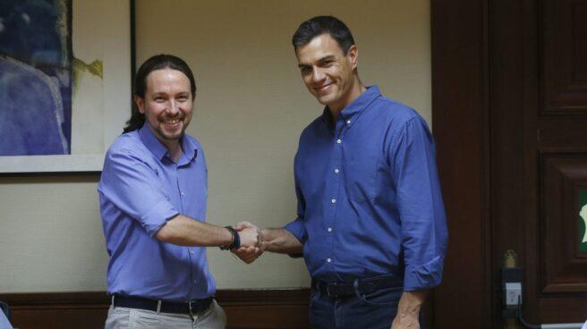 Pablo Iglesias y Pedro Sánchez se dan la mano en el Congreso.