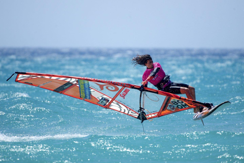 El italiano Jacob Testa, durante la prueba de estilo libre del Campeonato del Mundo de Windsurfing y Kiteboarding de Fuerteventura