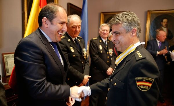 El comisario Fernando Moré, recibiendo la Encomienda de la Orden de Isabel la Católica en el Ayuntamiento de Alcalá de Henares (Madrid).