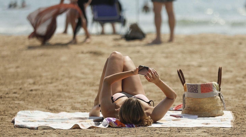 Teléfono móvil en la playa.