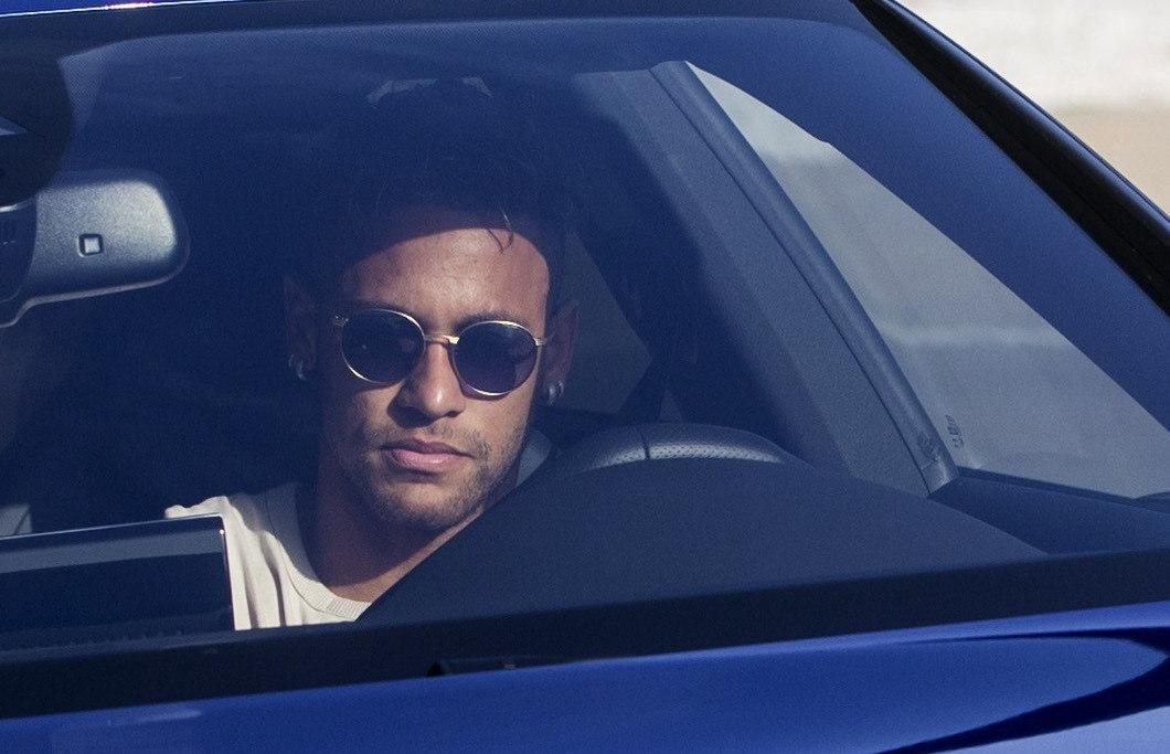 Neymar, este miércoles, antes de despedirse de sus compañeros.