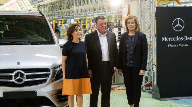 Sáenz de Santamaría y Báñez, en la planta Mercedes de Vitoria.