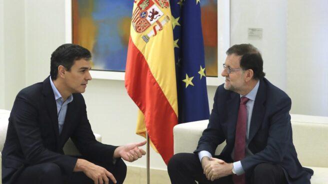 Pedro Sanchez charla con Mariano Rajoy en la Moncloa.