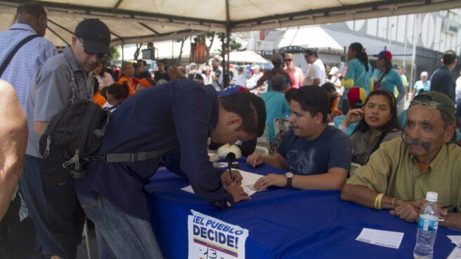 Un venezolano vota en el plebiscito celebrado el 16 de julio.
