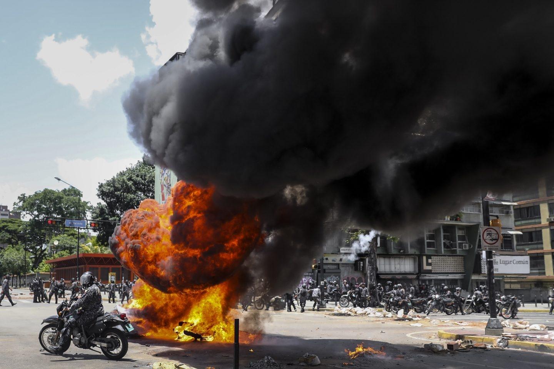 Venezuela: explosión ante la policía en una plaza de Caracas.