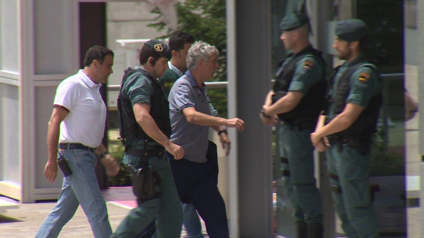 Ángel Villar entra en la Federación acompañado por la Guardia Civil.