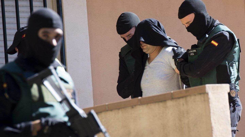 Agentes de la Guardia Civil, durante la detención de un hombre por su vinculación con el yihadismo.