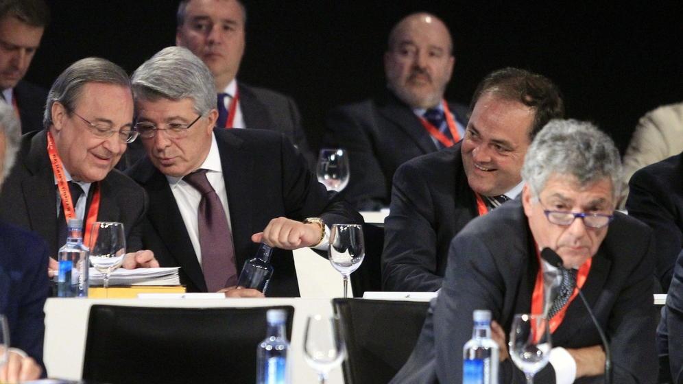 Florentino Pérez y Enrique Cerezo, en una reunión de la Federación Española de Fútbol, presidida por Ángel María Villar.
