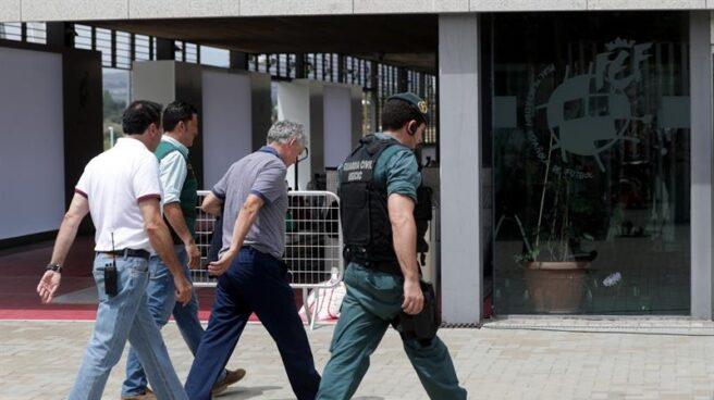 Ángel María Villar ha sido trasladado por agentes de la UCO hasta su despacho en la Federación para registrarlo.