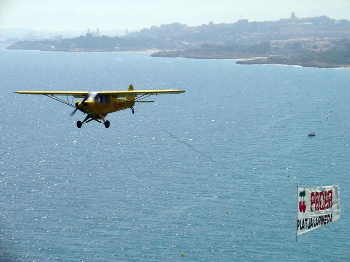 Avioneta con anuncio en la playa