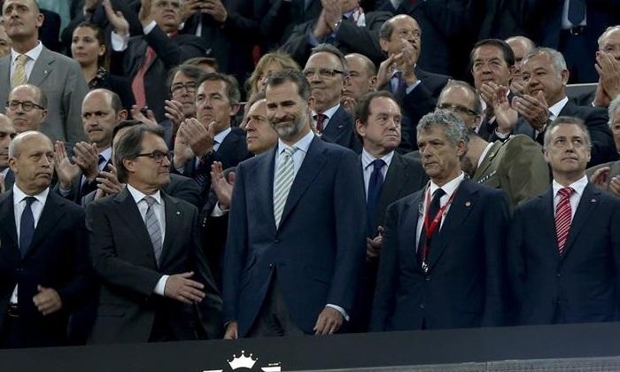 El Rey Felipe, junto a Artur Mas y el presidente de la Federación Española de Fútbol, Ángel María Villar.