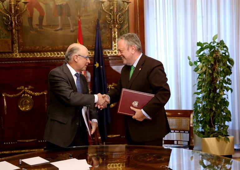 El ministro de Hacienda, Cristóbal Montoro y el consejero vasco de Hacienda, Pedro Azpiazu, durante la firma del acuerdo.