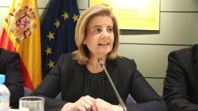 La ministra de Empleo, Fátima Báñez, propone crear el estatuto del becario dentro de un plan de choque para el empleo juvenil.