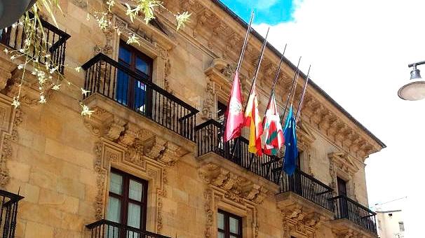 Banderas a media asta en el Ayuntamiento de Ermua, lugar donde se concentraron las movilizaciones contra el secuestro y asesinato de Miguel Ángel Blanco.