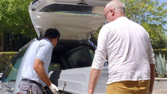 Trabajadores de la funeraria trasladan los restos de Blesa al Instituto Anatómico Forense.