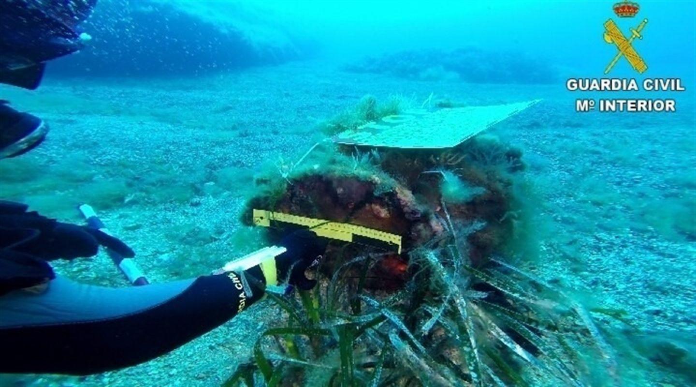 Imagen de la Guardia Civil con el artefacto encontrado en Tabarca.