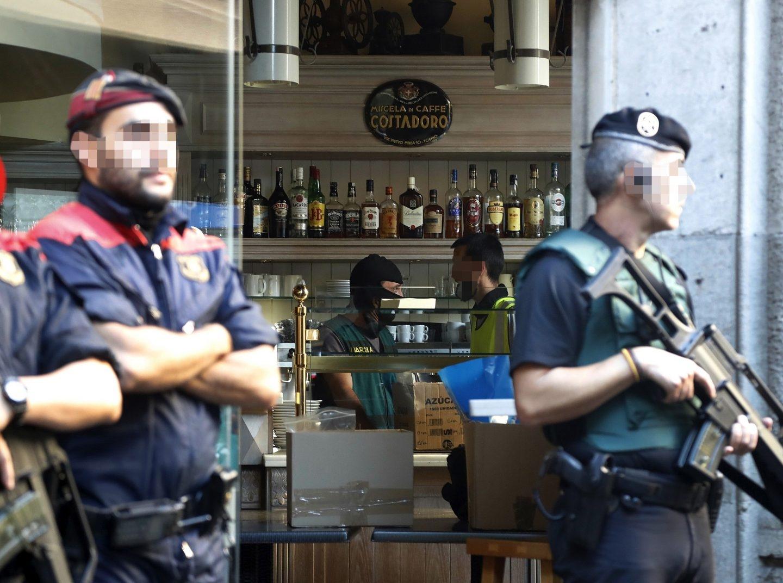 Agentes de los Mossos y la Guardia Civil, durante la operación contra la camorra de este miércoles.