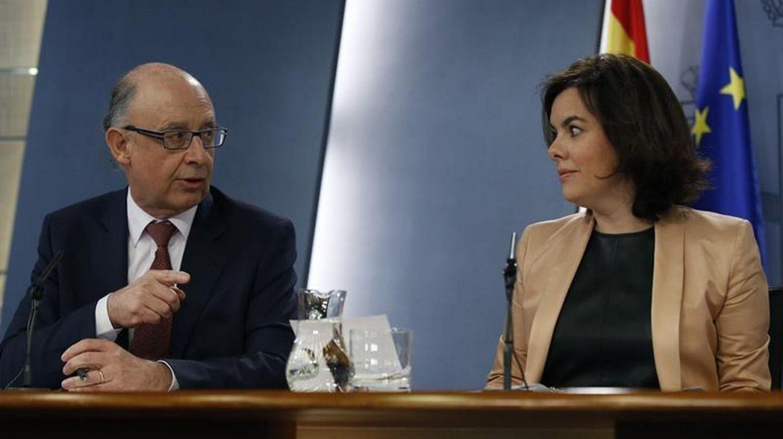 Santamaría y Montoro presentan la propuesta de financiación para contrarrestar la declaración de Rajoy en Gürtel