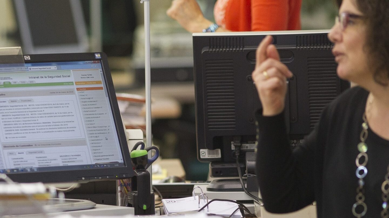 Funcionarios en una oficina de la Administración, de las muchas que reclaman una jornada de 35 horas.