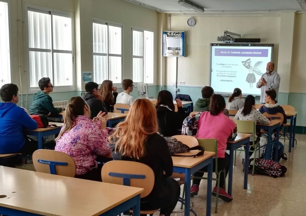 Profesor impartiendo clase en un colegio.