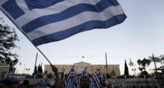 Banderas de Grecia ondeando durante las manifestaciones en contra de las reformas exigidas por Europa.