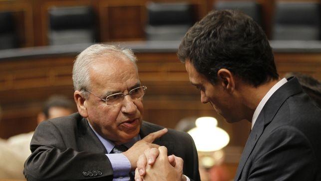 Alfonso Guerra y Pedro Sánchez charlan en el Congreso en una imagen de archivo