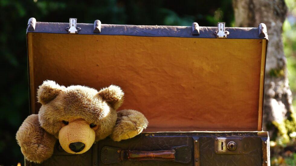 Los psicólogos tranquilizan: tanto elegir viajar con los niños como dejarlos en el pueblo puede ser bueno.