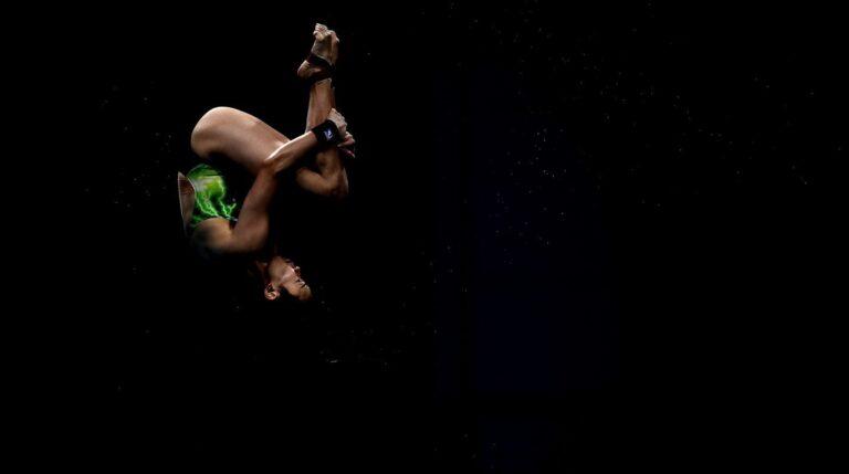 La saltadora malaya Jun Hoong Cheong ejecuta uno de sus saltos durante la final de saltos de plataforma de 10m