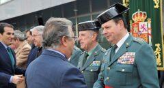 Zoido saluda a Laurentino Ceña tras la toma de posesión de éste como Mando de Operaciones de la Guardia Civil.