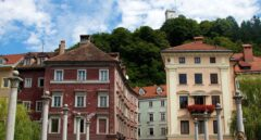 Vista de uno de los puentes peatonales que cruzan el río en dirección al castillo de Liubliana.