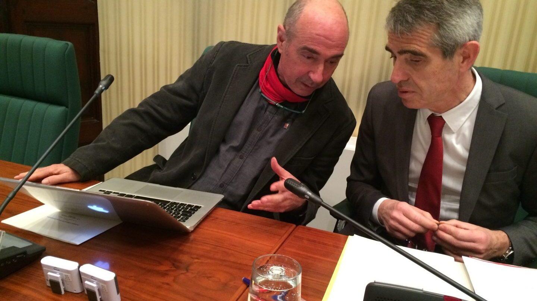El diputado de Junts pel Sí, Lluis Llach, junto a Antoni Bayona.