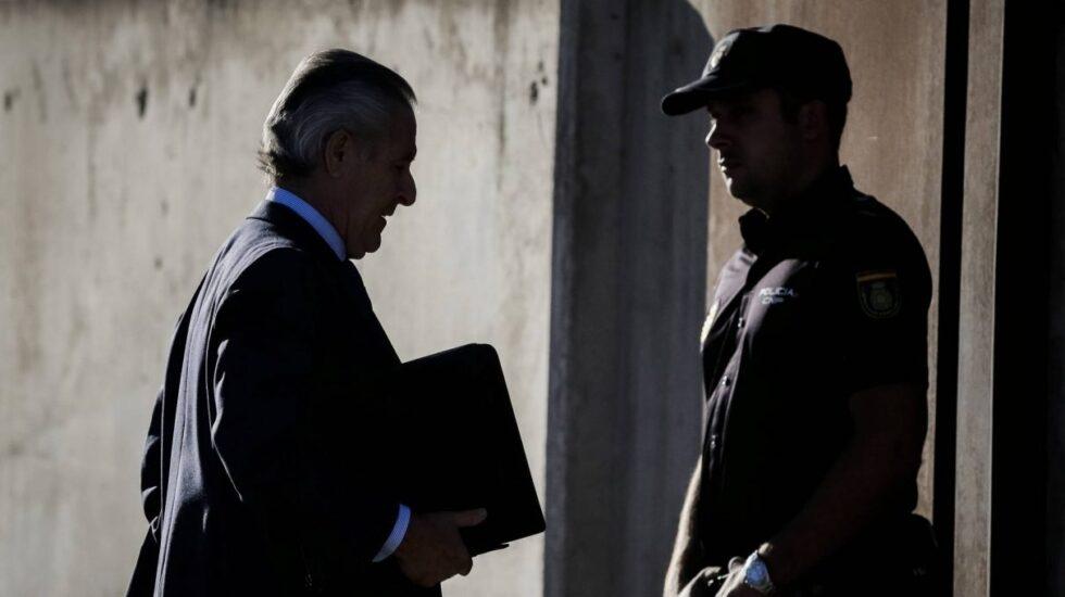 Miguel Blesa, ex presidente de Caja Madrid, llegando a la Audiencia Nacional para el juicio de las tarjertas 'black' en septiembre de 2016.
