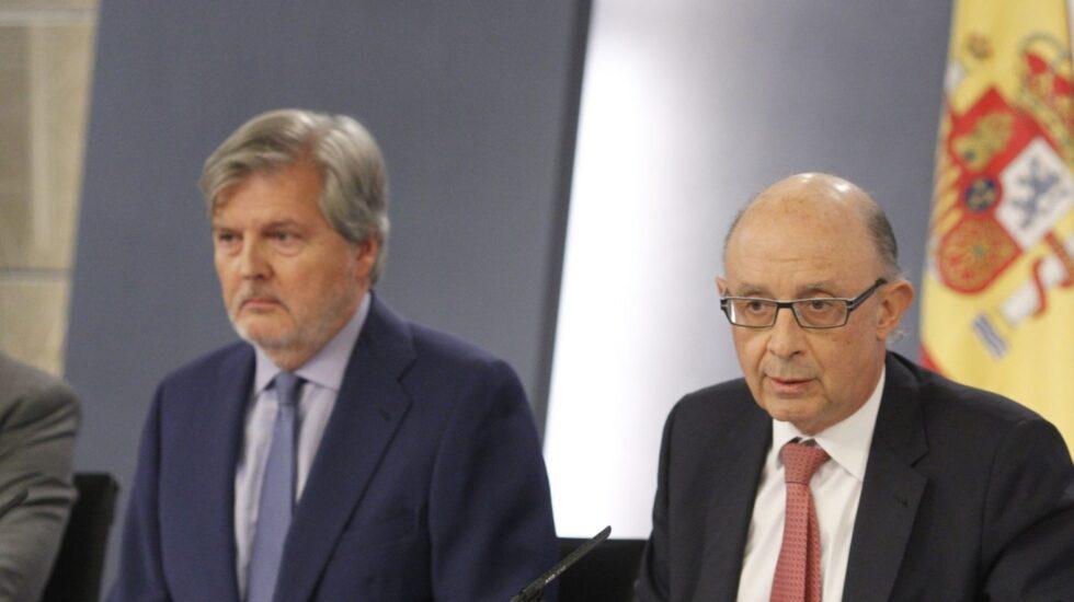 El ministro de Hacienda, Cristóbal Montoro, junto al portavoz del Gobierno, Íñigo Méndez de Vigo, en rueda de prensa tras el Consejo de Ministros.