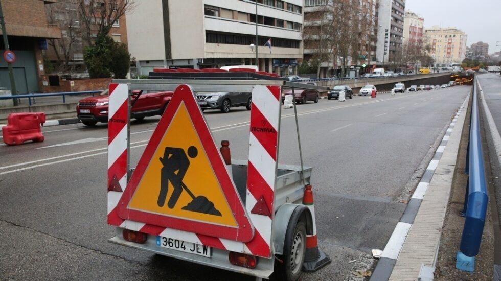 Señalización de obras en una carretera.