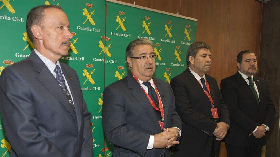 Zoido, flanqueado por Pablo Martín Alonso y José Manuel Holgado, en un acto oficial.