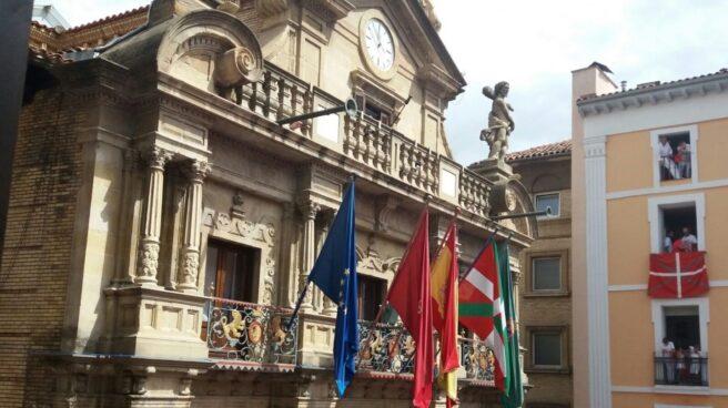 La ikurriña ondea en el Ayuntamiento de Pamplona en el día del chupinazo.