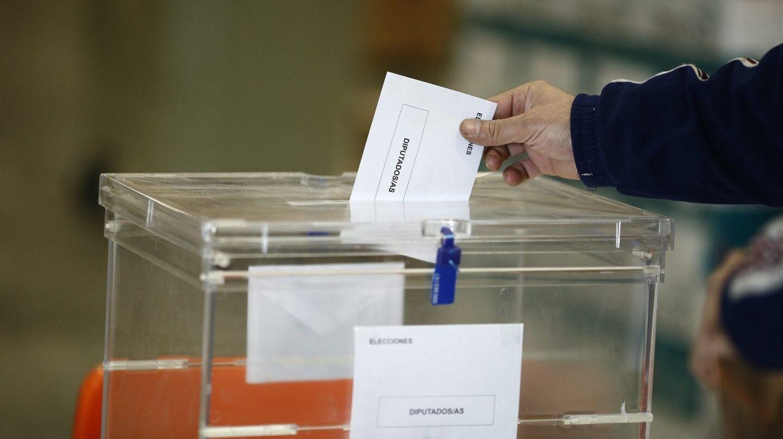 Cataluña compra papeletas y sobres para unas elecciones.